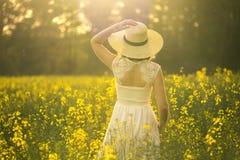 Stående av den unga och attraktiva kvinnan i den vita klänningen Arkivbild