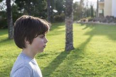 Stående av den unga pojken i profil Royaltyfri Bild