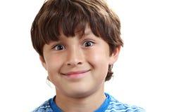 Stående av den unga pojken på vit bakgrund arkivfoto