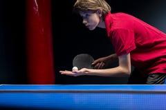 Stående av den unga pojken som spelar tennis arkivbild