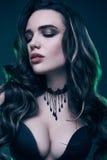 Stående av den unga sexiga gotiska flickan med långt hår Royaltyfria Foton