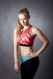 Stående av den unga sportiga flickan Royaltyfri Fotografi