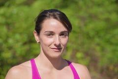 Stående av den unga sportiga kvinnan i bygden fotografering för bildbyråer