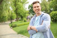 Stående av den unga stiliga mannen i stilfull dräkt utomhus Royaltyfri Foto