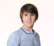Stående av den unga stiliga mannen, tonårs- pojke som isoleras på studio w royaltyfria foton