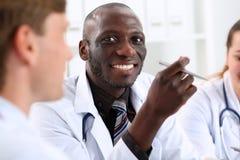 Stående av den unga stiliga svarta manliga doktorn royaltyfri bild