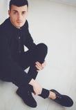 Stående av den unga trendiga mannen i mörk kläder Royaltyfri Bild
