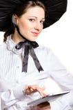 Stående av den unga viktorianska stilaffärskvinnan som använder bärbar datorPC på hennes kontor arkivbilder