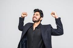 Stående av den upphetsade asiatiska indiska affärsmannen som firar framgång över vit bakgrund fotografering för bildbyråer