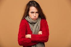 Stående av den upprivna frysa kvinnan i rött stuckit tröjaanseende royaltyfria foton
