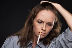 Stående av den upprivna kvinnliga hållande cigaretten Royaltyfri Bild