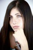 Stående av den ursnygga damen med att tänka för gröna ögon Royaltyfria Bilder