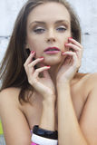 Stående av den ursnygga kvinnan med blåa ögon och den fantastiska makeuplooen Royaltyfri Fotografi