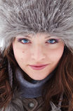 Stående av den utomhus- härliga unga kvinnan Royaltyfria Foton