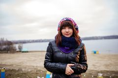 Stående av den utomhus- unga härliga kvinnan - stå på sjösidan arkivbild