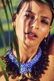 Stående av den våta kvinnan i halsband med gröna sidor royaltyfria bilder