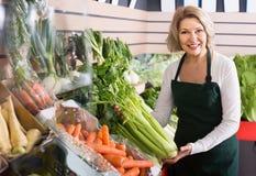 Stående av den vanliga kvinnan som arbetar i livsmedelsbutik Royaltyfria Bilder