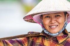 Stående av den vietnamesiska kvinnan i konisk hatt. Royaltyfri Fotografi
