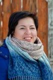 Stående av den vuxna brunetten med kort hår i vinterkläder Arkivbilder