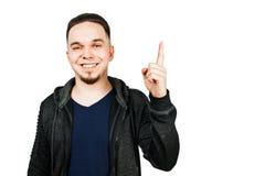 Stående av den vuxna mannen för leenden som isoleras på vit bakgrund Caucasian man med sk?ggvisning som pekar upp fingret fotografering för bildbyråer