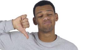 Stående av denamerikan mannen som ner gör en gest tummar lager videofilmer
