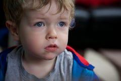 Stående av det allvarliga lilla barnet arkivfoto