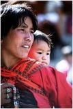 Stående av det bhutanesemodern och barnet Royaltyfria Bilder