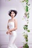 Stående av det eleganta brudanseendet mot den vita väggen royaltyfria bilder