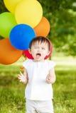 Stående av det gulliga asiatiska barnet med ballonger som applåderar henne händer Royaltyfri Bild