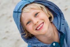 Stående av det gulliga lyckliga barnet på stranden Arkivfoton