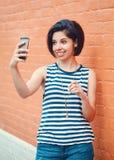 Stående av det härliga unga latinska latinamerikanska fotoet för selfie för flickakvinnadanande Fotografering för Bildbyråer