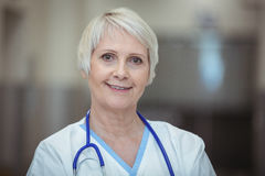 Stående av det kvinnliga sjuksköterskaanseendet i korridor royaltyfria bilder