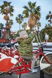 Stående av det lyckliga barnet i Barcelona, Spanien sammanträde på cykeln Royaltyfria Bilder