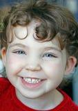Stående av det lyckliga barnet som skrattar flickan arkivbilder