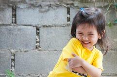 Stående av det lyckliga gulliga barnet Arkivfoto