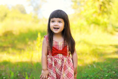 Stående av det lyckliga le gulliga liten flickabarnet utomhus Arkivbilder