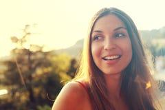 Stående av det lyckliga le kvinnaanseendet på solig sommar eller spri arkivfoto