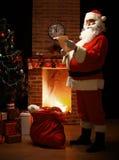 Stående av det lyckliga Santa Claus anseendet på hans rum hemma Fotografering för Bildbyråer