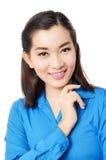 Stående av det lyckliga unga leendet för asia affärskvinna som isoleras på wh Arkivfoto