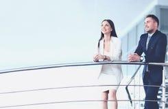 Stående av det positiva anseendet för affärsgrupp på trappa arkivfoto