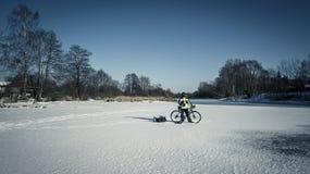 Stående av det unga cyklistanseendet med hans cykel Arkivfoto