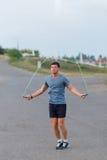 Stående av det unga manliga idrottsman nenöverhopprepet utomhus Royaltyfria Foton