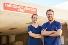 Stående av doktor Standing Outside Hospital för medicinsk personal fotografering för bildbyråer