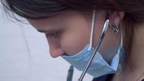 Stående av doktorn med stetoskopet i maskering stock video