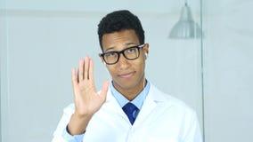 Stående av doktorn som gör video pratstund, webcamsikt Royaltyfria Foton