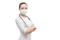Stående av doktorn som isoleras av vit bakgrund arkivfoton