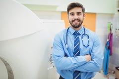 Stående av doktorn som står den near mribildläsaren royaltyfri fotografi