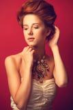 Stående av edwardian kvinnor för rödhårig man Royaltyfria Bilder