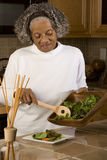 Stående av en äldre afrikansk amerikankvinna hemma Arkivfoto