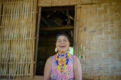 Stående av en äldre kvinna i lantliga Laos Royaltyfria Foton